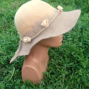 Nemezkalap virágfüzérrel, Ruha & Divat, Sál, Sapka, Kendő, Kalap, Nemezelés, Ezt a kalap télen-nyáron ideális viselet. A gyapjúkalap megtartja a fej hőmérsékletét: télen nem eng..., Meska