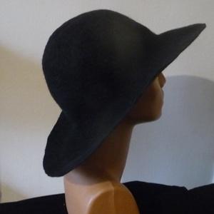 Fekete női nemezkalap, Ruha & Divat, Sál, Sapka, Kendő, Kalap, Nemezelés, Ausztrál merinó gyapjúból kézzel, hagyományos nemezelés technikával készítettem ezt a fekete női kal..., Meska