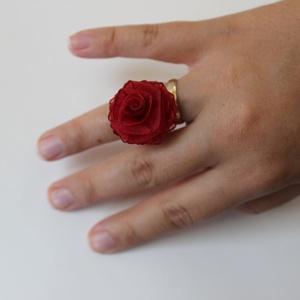 Rózsás gyűrű, Ékszer, Gyűrű, Ékszerkészítés, Varrás, Organzaból készült rózsámmal díszített gyűrűt  ajánlom annak , aki szereti a virágos dolgokat.\n Nagy..., Meska