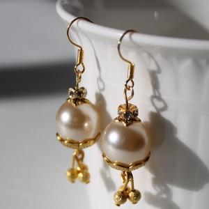 Arany gyöngyös fülbevaló menyaszzonyoknak is!, Lógó fülbevaló, Fülbevaló, Ékszer, Gyöngyfűzés, gyöngyhímzés, Gyönyörű alkalmi fülbevaló\nHossza: 5 cm, Meska