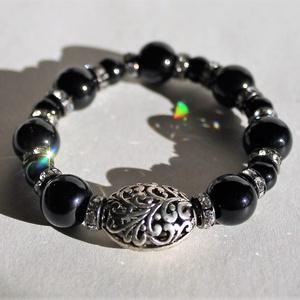 Fekete tibeti ezüst karkötő Méret: S/M, Bogyós karkötő, Karkötő, Ékszer, Gyöngyfűzés, gyöngyhímzés, Minőségi fekete gyöngyökből és tibeti ezüstből készült gumidamilra fűzött rugalmas karkötő.\nA gumida..., Meska