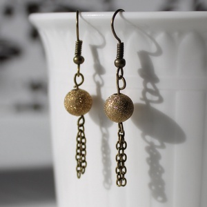Óarany színű csillogó fém fülbevaló 4,5 cm-es, Lógós fülbevaló, Fülbevaló, Ékszer, Gyöngyfűzés, gyöngyhímzés, Óarany színben csillogó gyöngyből és bronz színű akasztóból álló finom fülbevaló.\nHossza: 4,5 cm..., Meska