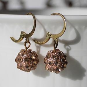 Óarany színű csillogó gömb fülbevaló 2,5 cm-es, Lógós fülbevaló, Fülbevaló, Ékszer, Gyöngyfűzés, gyöngyhímzés, Óarany színben csillogó gyöngyből és bronz színű akasztóból álló finom fülbevaló.\nHossza: 2,5 cm..., Meska