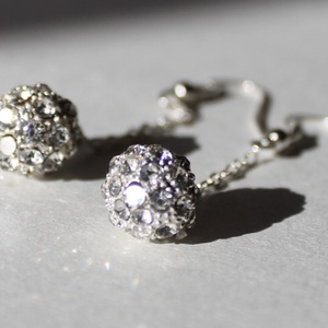 Ezüst színű csillogó gömb fülbevaló 5,5 cm-es, Lógós fülbevaló, Fülbevaló, Ékszer, Gyöngyfűzés, gyöngyhímzés, Ezüst színben csillogó gyöngyből és ezüst színű akasztóból álló finom fülbevaló.\nHossza: 5,5 cm..., Meska