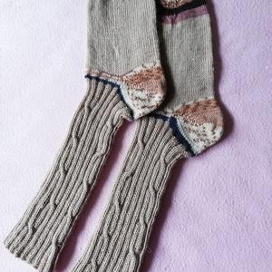 Kènyelmes kötött zokni, Zokni, Cipő & Papucs, Ruha & Divat, Hímzés, Kötés, Kézzel kötött zokni.\n\n\n75% gyapju és 25% polyestert tartalma kényelmes viseletet és a láb izzadasmen..., Meska