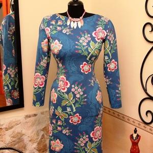 Mesés virágok farmerkék alapon női ruha, Táska, Divat & Szépség, Női ruha, Ruha, divat, Ruha, Varrás, Vigyél színt a szürke hétköznapokba...\n\nGyönyörű virágok, különleges színek, hamvas farmerkék finom ..., Meska