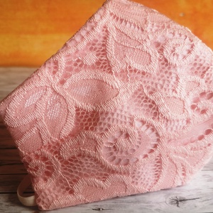 Csipkés rózsaszín három rétegű arcmaszk, maszk, szájmaszk, NoWaste, Textilek, Kendő, Táska, Divat & Szépség, Szépség(ápolás), Egészségmegőrzés, Maszk, szájmaszk, Varrás, Három rétegű maszk: csipke + két réteg 100 % pamutvászon.\nFinom babarózsaszín színben!\n\nErgonomikus ..., Meska