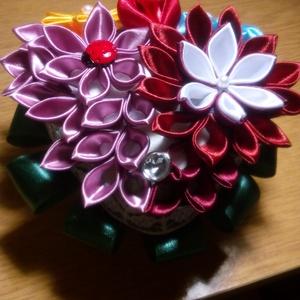 Asztali dísz, Dekoráció, Otthon & lakás, Dísz, Esküvő, Esküvői dekoráció, Mindenmás, Újrahasznosított alapanyagból készült termékek, Ezt az asztaldíszt a kanzashi techikával készült virágokból készítettem. 5 féle virágból, és több sz..., Meska