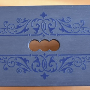 Le grand bleu- Kék sámli stencil mintával, Lakberendezés, Otthon & lakás, Bútor, Pad, Dekoráció, Mindenmás, Festett tárgyak, Ez a szürkés-kékes-levendula színű, egyedileg, kézzel festett, stencil mintával díszített sámli üde ..., Meska
