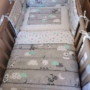 3 részes baba ágynemű szett, Otthon & Lakás, Lakástextil, Szett kiságyba, Varrás, Kétoldalas termék. Egyik oldala szürke alapon vidám állatminták, másik oldalán csillagmintás. \nAlapa..., Meska