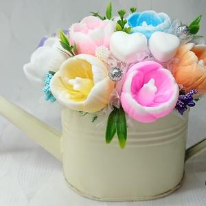 Színes, tavaszi, illatos tulipán szappan csokor bádog kannában , Csokor & Virágdísz, Dekoráció, Otthon & Lakás, Virágkötés, Szappankészítés, Vanília és Dove illatú.\nMindegyik csokor egyedi tervezésű és kézzel készített.\nElegáns szappanvirág ..., Meska