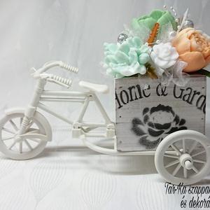 Zöld - narancssárga - fehér illatos szappan asztaldísz tricikliben , Otthon & lakás, Dekoráció, Csokor, Virágkötés, Szappankészítés, (Műanyag tricikli, fa kaspó)\n\nMindegyik csokor egyedi tervezésű és kézzel készített.\n\nElegáns szappa..., Meska