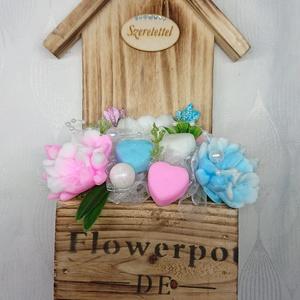 Kék és pink, dove illatú szappan csokor, akasztós fali fa házikóban , Otthon & Lakás, Dekoráció, Csokor & Virágdísz, Virágkötés, Szappankészítés, Dove illatú.\nMindegyik csokor egyedi tervezésű és kézzel készített.\nElegáns szappanvirág dekorációk ..., Meska