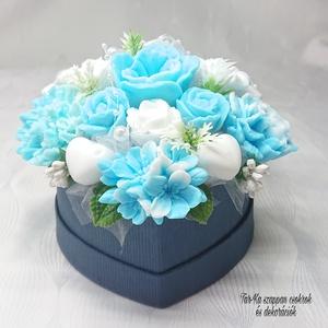 Kék - fehér szappan csokor közepes szív formájú boxban , Otthon & Lakás, Dekoráció, Csokor & Virágdísz, Virágkötés, Szappankészítés, Mindegyik csokor egyedi tervezésű és kézzel készített.\nElegáns szappanvirág dekorációk melyek sokáig..., Meska