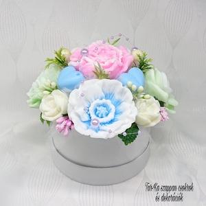 Fehér - sárga - rózsaszín - kék - zöld illatos szappan csokor kerek formájú boxban, Otthon & Lakás, Dekoráció, Csokor & Virágdísz, Virágkötés, Szappankészítés, Mindegyik csokor egyedi tervezésű és kézzel készített.\n\nElegáns szappanvirág dekorációk melyek sokái..., Meska