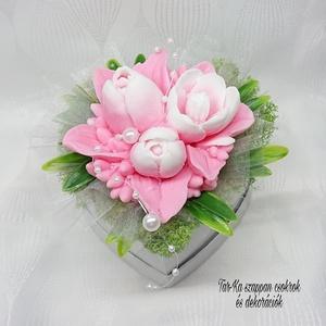 Rózsaszín - fehér tulipán szappan csokor szív formájú boxban , Otthon & Lakás, Dekoráció, Csokor & Virágdísz, Virágkötés, Szappankészítés, Mindegyik csokor egyedi tervezésű és kézzel készített.\nElegáns szappanvirág dekorációk melyek sokáig..., Meska