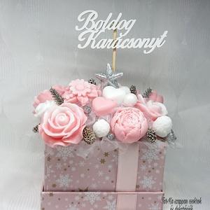 Fehér - rózsaszín - ezüst Boldog Karácsonyt szappanvirág dekoráció , Otthon & Lakás, Dekoráció, Csokor & Virágdísz, Virágkötés, Szappankészítés, Mindegyik csokor egyedi tervezésű és kézzel készített.\nElegáns szappanvirág dekorációk melyek sokáig..., Meska