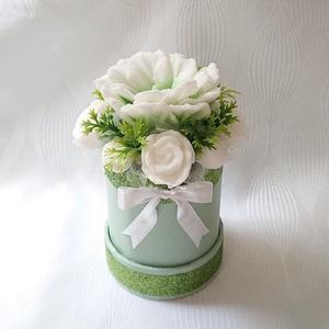 Kicsi zöld - fehér rózsa és szíriai hibiszkusz illatos szappan box , Otthon & Lakás, Dekoráció, Csokor & Virágdísz, Virágkötés, Szappankészítés, Mindegyik csokor egyedi tervezésű és kézzel készített.\nElegáns szappanvirág dekorációk melyek sokáig..., Meska