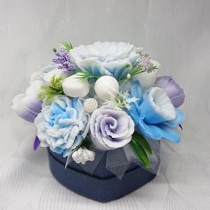 Kék - lila - fehér szappan csokor szív formájú boxban , Otthon & Lakás, Dekoráció, Csokor & Virágdísz, Virágkötés, Szappankészítés, Mindegyik csokor egyedi tervezésű és kézzel készített.\nElegáns szappanvirág dekorációk melyek sokáig..., Meska