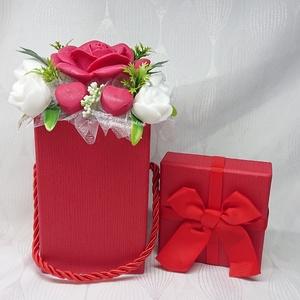 Kicsi piros - fehér illatos szappanvirág box , Otthon & Lakás, Dekoráció, Csokor & Virágdísz, Virágkötés, Szappankészítés, Mindegyik csokor egyedi tervezésű és kézzel készített.\nElegáns szappanvirág dekorációk melyek sokáig..., Meska
