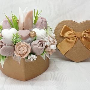 Barna - csokibarna - fehér szappanvirág csokor szív formájú boxban , Otthon & Lakás, Dekoráció, Csokor & Virágdísz, Virágkötés, Szappankészítés, Bodza illatú. \nMindegyik csokor egyedi tervezésű és kézzel készített.\nElegáns szappanvirág dekoráció..., Meska