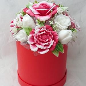 Anyák napi piros - fehér Lolita illatú szappan box , Otthon & Lakás, Dekoráció, Csokor & Virágdísz, Virágkötés, Szappankészítés, Lolita: Parfüm illat. Erős, intenzív nőies illat.\n\nMindegyik csokor egyedi tervezésű és kézzel készí..., Meska