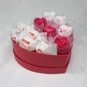 Dove illatú szappan csokor szív formájú nagy boxban Raffaelloval , Otthon & Lakás, Dekoráció, Csokor & Virágdísz, Virágkötés, Szappankészítés, Mindegyik csokor egyedi tervezésű és kézzel készített.\nElegáns szappanvirág dekorációk melyek sokáig..., Meska