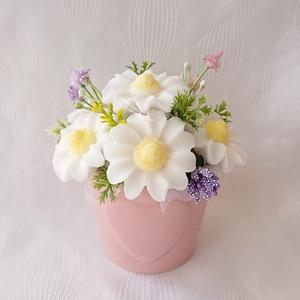 Margaréta szappanvirág csokor kicsi szív mintás kaspóban , Otthon & Lakás, Dekoráció, Csokor & Virágdísz, Virágkötés, Szappankészítés, Álomvirág illatú.\nÁlomvirág: Nagyon nőies, tiszta, virágos,  kellemes illat.\nMindegyik csokor egyedi..., Meska