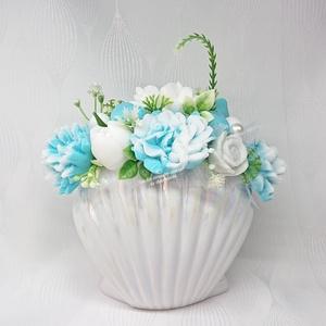 Türkizkék - fehér szappanvirág csokor kagyló formájú kaspóban, Otthon & Lakás, Dekoráció, Csokor & Virágdísz, Virágkötés, Szappankészítés, Frézia illatú.\n\nMindegyik csokor egyedi tervezésű és kézzel készített.\nElegáns szappanvirág dekoráci..., Meska