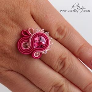 Rózsaszín sujtás gyűrű Swarovski kristállyal, Ékszer, Gyűrű, Gyöngyfűzés, gyöngyhímzés, Ékszerkészítés, Légy egyedi, tűnj ki a tömegből! Viseld ezt a rózsaszín sujtás zsinórokból varrt, Swarovski kristály..., Meska