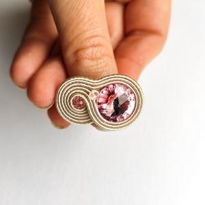 Rózsaszín krém és rózsaszín gyűrű Swarovski kristállyal, Ékszer, Gyűrű, Statement gyűrű, Gyöngyfűzés, gyöngyhímzés, Ékszerkészítés, Légy egyedi, tűnj ki a tömegből! Viseld ezt a krém sujtás zsinórokból varrt, rózsaszín Swarovski kr..., Meska