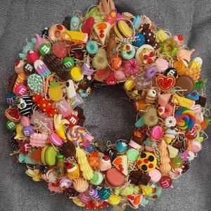 Cukorkás kopogtató, Otthon & Lakás, Dekoráció, Ajtódísz & Kopogtató, Virágkötés, Nem csak édesszájúaknak! :-)\nMűanyag cukorkákkal, süteménnyel, macaronnal, nyalókával stb. gazdagon ..., Meska