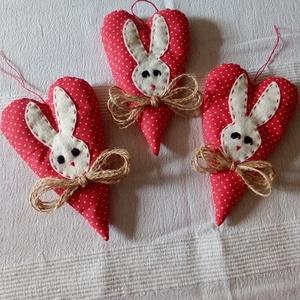 Húsvéti nyuszikás szivek függődísz, Otthon & Lakás, Dekoráció, Függődísz, Varrás, A szívecskék pamutvászonból készültek, flízzel töltve. A nyuszifej filcből, a bajusz kenderfonalból...., Meska