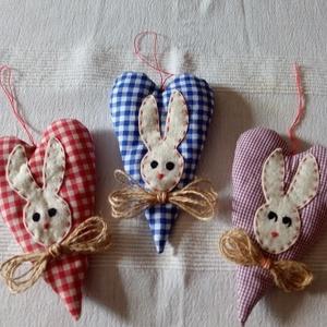 Húsvéti nyuszikás szívek függődísz, Otthon & Lakás, Dekoráció, Függődísz, Varrás, A szívecskék pamutvászonból készültek, flízzel töltve. A nyuszifej filcből, a bajusz kenderfonalból...., Meska