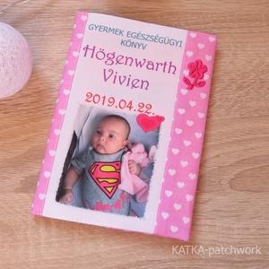 Gyermek egészségügyi könyv borító, Művészet, Varrás, Gyermek egészségügyi könyv borító.\n\nMegóvja a könyv borító lapját a koszolódástól, gyűrődéstől.\n\nFén..., Meska