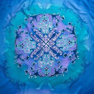 Arabeszk mandala hernyóselyemkép, Otthon & lakás, Dekoráció, Kép, Képzőművészet, Festmény, Lakberendezés, Selyemfestés, Arabesztk minták alapján egy saját tervezésű mandalát ábrázoló selyemkép. Kék, lila és a fehér árnya..., Meska