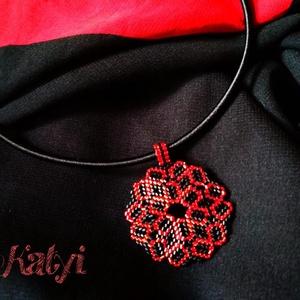 Piros-fekete medál, Ékszer, Nyaklánc, Medál, Ez a klasszikus színösszeállítás igazán ünnepivé varázsol egy egyszerű ruhát, vagy blúzt! Fekete szá..., Meska