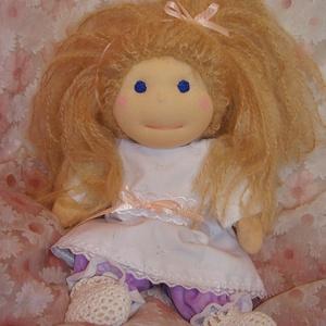 Waldorf jellegű öltöztetős gyapjúbaba (kisebb), Öltöztethető baba, Baba & babaház, Játék & Gyerek, Baba-és bábkészítés, Varrás, A baba, a waldorf babák mintájára készül természetes anyagokból. \nTöltete gyapjú, haja gyapjúfonal (..., Meska