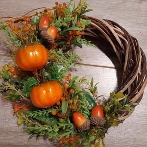 Őszi tökös kopogtató, Ajtódísz & Kopogtató, Dekoráció, Otthon & Lakás, Virágkötés, 20 cm fonott vessző alapra készült őszi színvilágú kopogtató. Zöldekkel, tökökkel, makkokkal díszíte..., Meska
