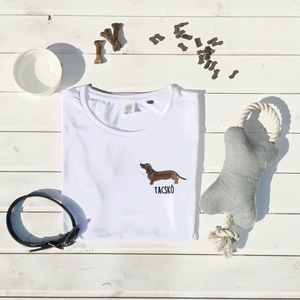 Tacskó hímzett póló, Textil, Pamut, Grafika, fotó, Hímzés, Kedves Nézelődő!\n\nRendelésre készitett, álltalunk tervezett Tacskó mintás póló melyet gépi hímzéssel..., Meska