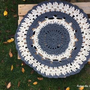 Horgolt Szőnyeg - Szürke-natúr színben, Lakberendezés, Otthon & lakás, Lakástextil, Szőnyeg, Horgolás, Ez a horgolt szőnyeg az első amit zsinórfonalból készítettem. Azóta az egyik kedvenc alapanyagommá v..., Meska