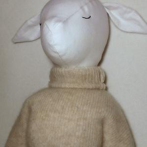 Gida - kecske baba / játékkecske, Dekoráció, Játék, Képzőművészet, Baba, babaház, Varrás, Majd 50 cm magas, fehér pamutvászon alapú kecskelány. Keze, lába fagombbal varrva, mozgatható.   Eg..., Meska