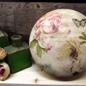 Rózsás kerek dobozka, Otthon & lakás, Lakberendezés, Tárolóeszköz, Doboz, Ezt a dobozkát fából esztergálták a részemre. A dobozka tetejére francia rózsás szalvétát dekupázsol..., Meska