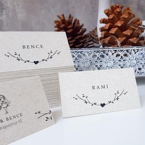 Ültetőkártya • címke , Esküvő, Esküvői dekoráció, Meghívó, ültetőkártya, köszönőajándék, Fotó, grafika, rajz, illusztráció, Papírművészet, Állítható ültetőkártya, natúr dizájnnal.\n\nMérete 9x5 cm, kreatív kartonra nyomtatva. \n\nRendelhettek ..., Meska