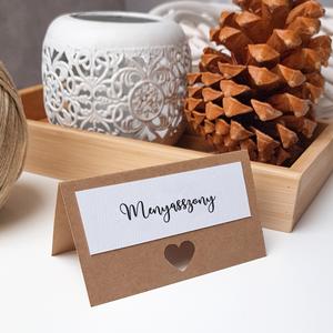 Ültetőkártya • kraft, Esküvő, Esküvői dekoráció, Meghívó, ültetőkártya, köszönőajándék, Fotó, grafika, rajz, illusztráció, Papírművészet, Állítható ültetőkártya, natúr dizájnnal, kraft kartonra ragasztott kreatív karton, fekete nyomtatáss..., Meska