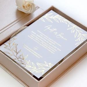 Aranyozott esküvői meghívó, Esküvő, Esküvői dekoráció, Meghívó, ültetőkártya, köszönőajándék, Fotó, grafika, rajz, illusztráció, Papírművészet, Elegáns fehér hangulatú, aranyozott meghívó.\n\nMérete 10,5x14,8 cm.\n\nAz ár a dobozt nem tartalmazza.\n..., Meska