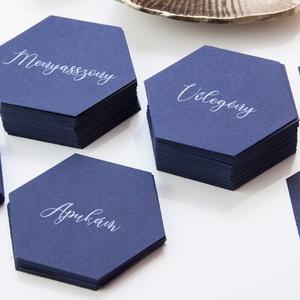 Esküvői ültetőkártya • geometrikus, Esküvő, Esküvői dekoráció, Meghívó, ültetőkártya, köszönőajándék, Fotó, grafika, rajz, illusztráció, Papírművészet, A kártya mérete 8x7 cm, sötét színű kartonra fehér színnel nyomtatva\n\nRendelhettek hasonló menü- vag..., Meska