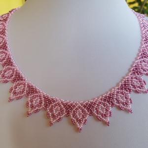 Mályva és rózsaszín cakkos nyaklánc, Ékszer, Nyaklánc, Gyöngyös nyaklác, Ékszerkészítés, Gyöngyfűzés, gyöngyhímzés, Mályva és rózsaszín apró cseh kásagyöngyből fűztem. Népi ékszerek mintája alapján készült, modern da..., Meska