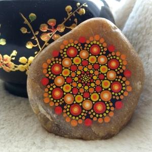 Kis tűzvirág mandala kő, Dekoráció, Otthon & lakás, Egyéb, Lakberendezés, Festészet, Festett tárgyak, Kézzel festett mandala kő, piros-narancs-sárga színekkel a hideg napokra, vagy csak úgy :)\nAkril fes..., Meska
