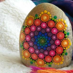 Szivárvány mandala kő, Dekoráció, Otthon & lakás, Lakberendezés, Kerti dísz, Asztaldísz, Festészet, Festett tárgyak, Kézzel festett szivárvány mandala kő.\nAkril festékkel készült, selymes fényű lakkal kezelt.\nRemek dí..., Meska